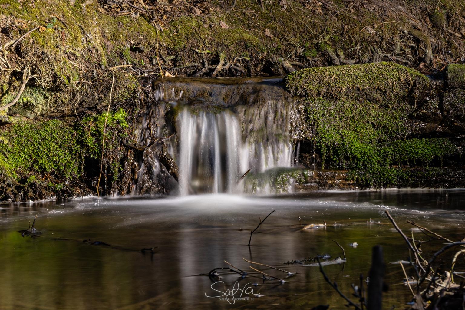 Irgendwo im Wald, kleiner Wasserfall